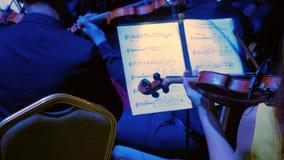 Nahaufnahme des Musikers Violine, klassische Musik spielend stock video footage