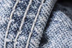 Nahaufnahme des Nähens der Blue Jeans Lizenzfreie Stockfotografie