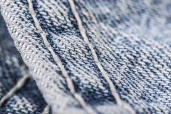 Nahaufnahme des Nähens der Blue Jeans Stockfoto