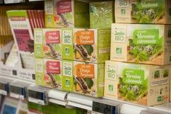 Nahaufnahme des natürlichen Teekastens bei Cora Supermarket stockbild