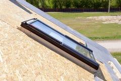 Nahaufnahme des neuen Oberlichtmansardenfensters auf einem Dach im Bau Lizenzfreie Stockbilder
