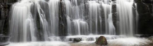 Nahaufnahme des panoramischen Wasserfalls Lizenzfreie Stockfotografie