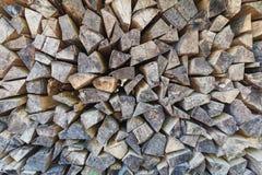 Nahaufnahme des perfekten Stapels des gehackten Holzes gespeichert für Winter stockfotografie