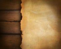 Nahaufnahme des Pergamentpapiers auf Holz Stockfoto