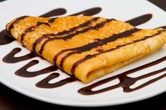 Nahaufnahme des Pfannkuchens abgedeckt mit Schokolade Lizenzfreie Stockfotos