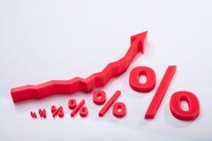 Nahaufnahme des Prozentsatz-Symbols und des Pfeil-Zeichens lizenzfreie stockbilder