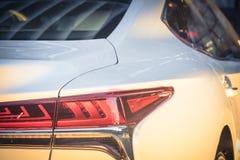 Nahaufnahme des Rücklichts des modernen weißen Autos stockbild