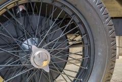 Nahaufnahme des Rades eines alten Automobils Stockfotos