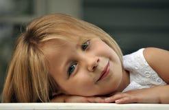 Nahaufnahme des recht jungen Mädchens Stockfotos