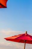 Nahaufnahme des Regenschirmes und des bewölkten Himmels Lizenzfreies Stockfoto