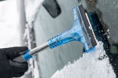 Nahaufnahme des Reinigungs-Autos vom Schnee Lizenzfreie Stockfotografie