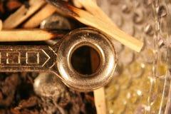 Nahaufnahme des Rohr-Werkzeugs und des Matches im Aschenbecher Stockbild