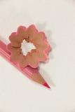 Nahaufnahme des Rosa farbigen Bleistifts mit Schnitzeln Stockfotos