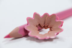 Nahaufnahme des Rosa farbigen Bleistifts mit Schnitzeln Stockbild