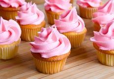 Nahaufnahme des rosafarbenen kleinen Kuchens Stockbilder