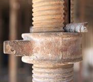 Nahaufnahme des rostigen Gestells in einer Baustelle Stockbild