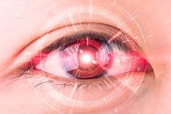 Nahaufnahme des roten Auges der Frau das futuristische, Kontaktlinse, Auge Ca Lizenzfreie Stockbilder
