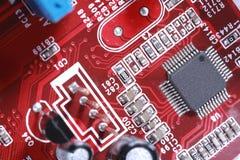 Nahaufnahme des roten Brettes der elektronischen Schaltung mit Prozessor Stockfoto