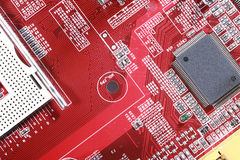 Nahaufnahme des roten Brettes der elektronischen Schaltung mit Prozessor Stockfotografie