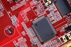 Nahaufnahme des roten Brettes der elektronischen Schaltung mit Prozessor von compu Stockfotos