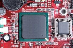 Nahaufnahme des roten Brettes der elektronischen Schaltung mit Prozessor von compu Stockbild