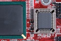 Nahaufnahme des roten Brettes der elektronischen Schaltung mit Prozessor von compu Lizenzfreie Stockbilder