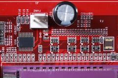Nahaufnahme des roten Brettes der elektronischen Schaltung mit Prozessor von compu Lizenzfreie Stockfotos