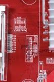 Nahaufnahme des roten Brettes der elektronischen Schaltung mit Prozessor von compu Stockfoto