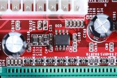 Nahaufnahme des roten Brettes der elektronischen Schaltung mit Prozessor von compu Lizenzfreies Stockfoto