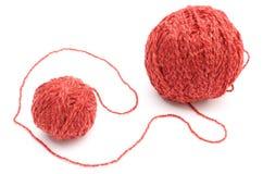 Nahaufnahme des roten kleinen und großen Wollballs. Weißer Hintergrund Stockbilder
