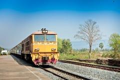 Nahaufnahme des roten orange Zugs, Diesellokomotive Lizenzfreie Stockfotografie