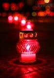 Nahaufnahme des Rotes votive Kerze brennend Stockbilder