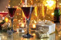 Nahaufnahme des Rotweins in den Gläsern, in der Kerze und in den Geschenken Stockfoto