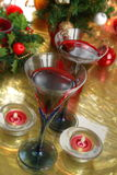 Nahaufnahme des Rotweins in den Gläsern, in der Kerze und im Flitter Lizenzfreie Stockfotos