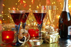 Nahaufnahme des Rotweins in den Gläsern und in den Kerzeleuchten. Stockbilder