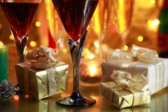 Nahaufnahme des Rotweins und der Geschenke. lizenzfreie stockfotos