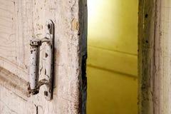 Nahaufnahme des rustikalen weißen Türgriffs im Raum von abandone Stockfoto
