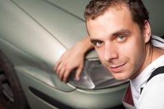 Nahaufnahme des schädigenden Autos geprüft vom Mechaniker lizenzfreies stockfoto