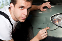 Nahaufnahme des schädigenden Autos geprüft vom Mechaniker stockfotos