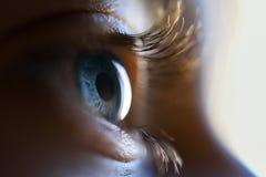 Nahaufnahme des schönen blauen Auges des kleinen Mädchens Lizenzfreie Stockfotos