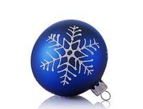 Nahaufnahme des schönen blauen Weihnachtsballs mit Schneeflockenmuster Lizenzfreie Stockbilder