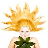 Nahaufnahme des schönen Gesichtes mit Blumen Lizenzfreie Stockbilder