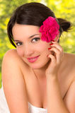 Nahaufnahme des schönen jungen Mädchens mit Blume auf ihr Lizenzfreie Stockfotos