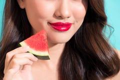 Nahaufnahme des schönen Mädchens mit den roten Lippen Wassermelone essend Stockbild