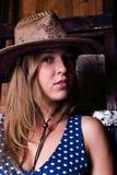 Nahaufnahme des schönen Mädchens mit langem tragendem Hut des blonden Haares Stockbild