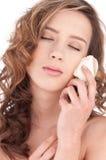 Nahaufnahme des schönen Mädchens mit rosafarbener Blume des Weiß Lizenzfreie Stockfotos