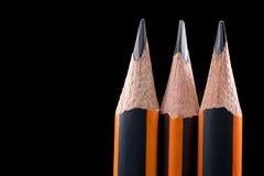 Nahaufnahme des scharfen Bleistifts Bleistiftpunktnahaufnahme auf schwarzem backgrou Lizenzfreie Stockfotos