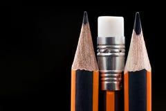 Nahaufnahme des scharfen Bleistifts Bleistiftpunktnahaufnahme auf schwarzem backgrou Stockfotos