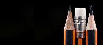 Nahaufnahme des scharfen Bleistifts Bleistiftpunktnahaufnahme auf schwarzem backgrou Stockbild