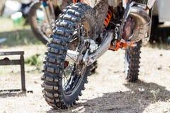 Nahaufnahme des schlammigen Hinterrads und der Maschine des Schmutzmotorrades Lizenzfreies Stockbild